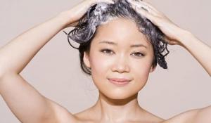 Gội đầu ngược giúp tóc óng ả hơn?