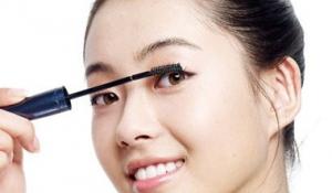 Bí quyết chải mascara giúp mi dưới dày và đẹp hơn